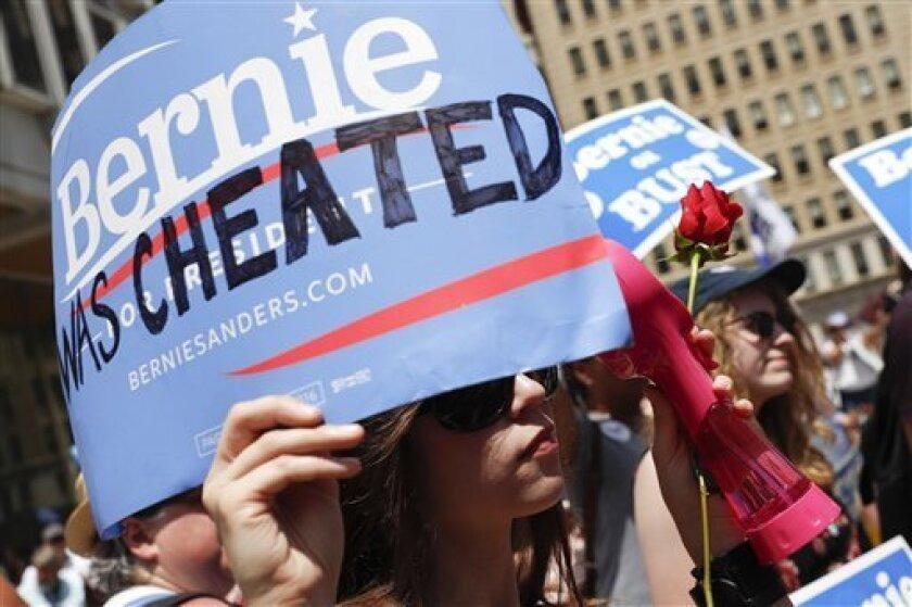 Una partidaria del senador independiente por Vermont Bernie Sanders, escucha durante ua marcha cerca del Ayuntamiento de Filadelfia, el martes 26 de julio de 2016, en el segundo día de la Convención Nacional Demócrata. (AP Foto/John Minchillo)