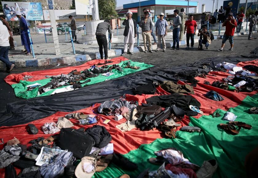 Diversos artículos que quedaron abandonados y que eran propiedad de las víctimas de una explosión contra una marcha de protesta en Kabul, Afganistán, el sábado 23 de julio de 2016. (AP Foto/Massoud Hossaini)