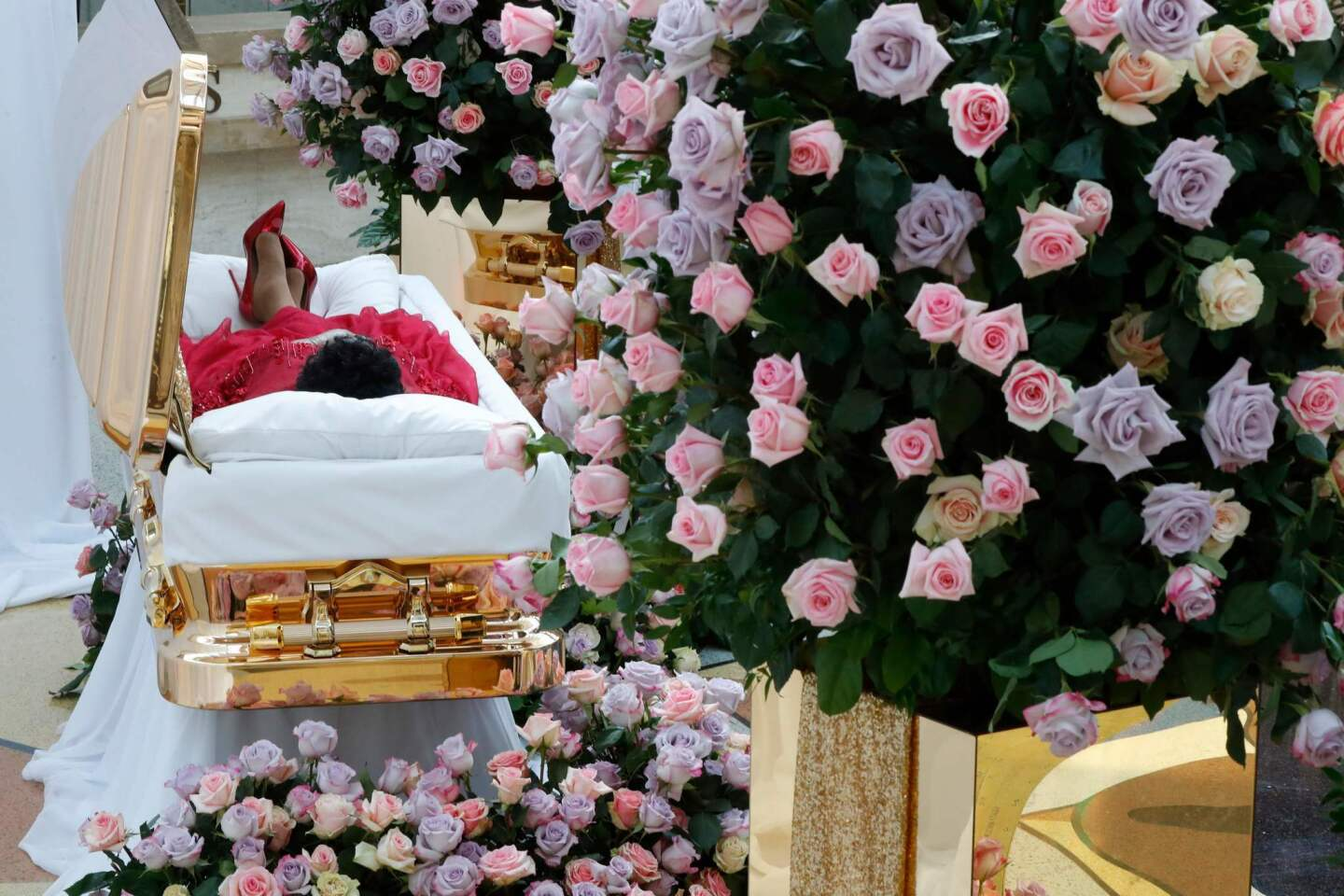 Mourners line up early for Aretha Franklin viewing