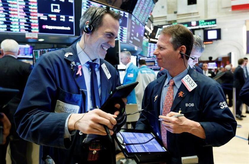 Corredores trabajan al final del día de negociación en la Bolsa de Nueva York en Nueva York (EE.UU.). EFE