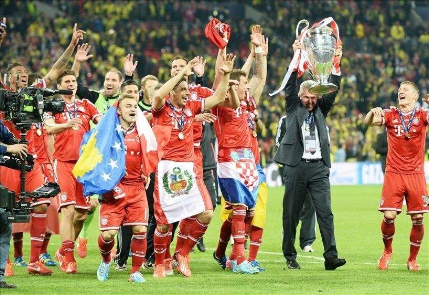 Los jugadores del Bayern Múnich levantan la Copa de Europa que lograron tras superar en la final al Borussia Dortmund por 1-2 en el estadio de Wembley. EFE