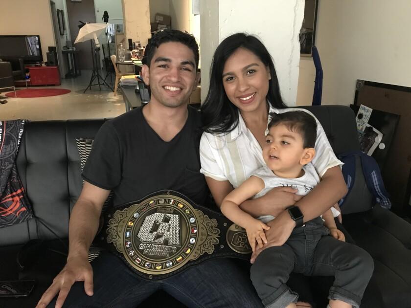 José Alday, campeón de peso gallo de Combate Américas, junto a su familia.