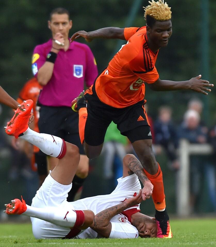Luego de un choque en el aire, el pie izquierdo del mediocampista del Lorient, Didier Ndong, hizo contacto de manera accidental con la oreja de Menez mientras estaba en el césped.