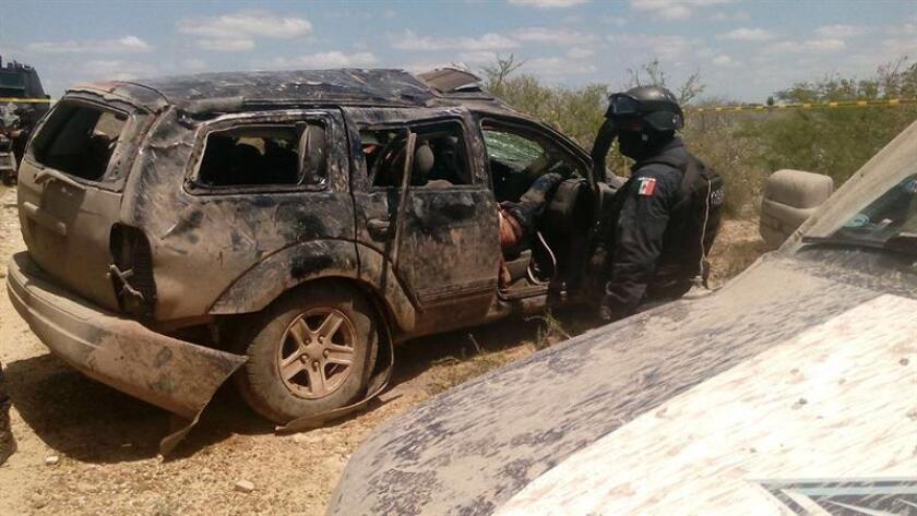 Fotografía cedida hoy, viernes 13 de abril de 2017, que muestra vehículos de presuntos integrantes de grupos delincuenciales que perdieron la vida durante un enfrentamiento con grupos antagónicos y con agentes federales el pasado miércoles, en Tamaulipas (México). EFE/STR/SOLO USO EDITORIAL