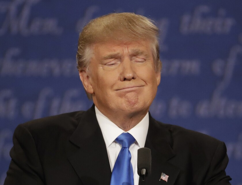 El candidato presidencial republicano Donald Trump escucha a su contrincante demócrata Hillary Clinton durante el debate entre ambos en la Universidad Hofstra en Hempstead, Nueva York. (AP Foto/Patrick Semansky)