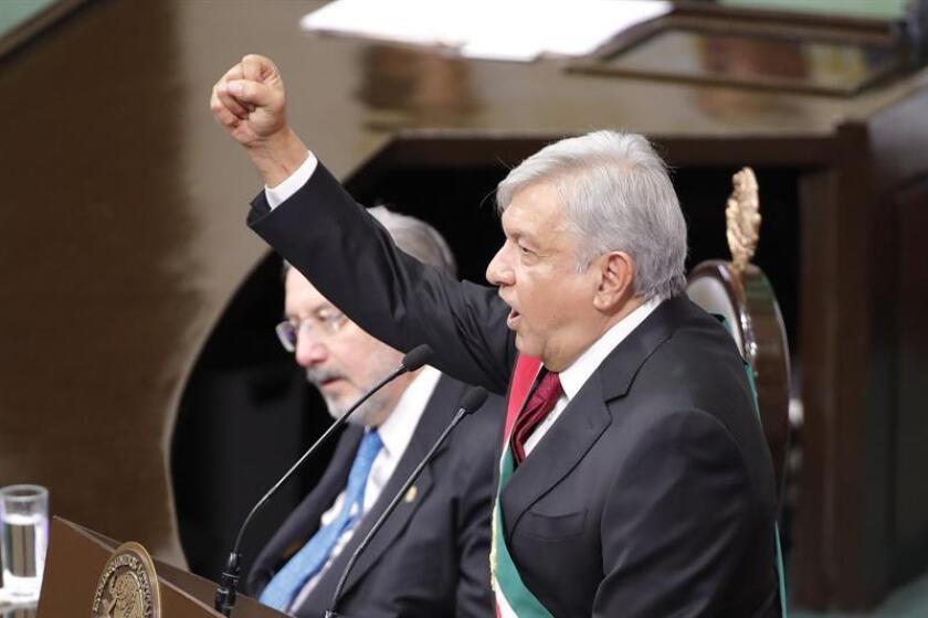 El nuevo presidente de México, Andrés Manuel López Obrador, habla durante su ceremonia de investidura hoy, en la sede de la Cámara de Diputados, teniendo como testigos a diputados y senadores en una sesión conjunta del Congreso, en Ciudad de México (México). EFE