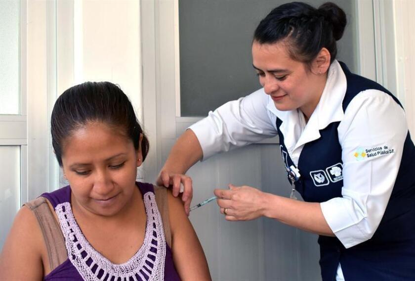 Fotografía cedida hoy que muestra a personal del sector salud mientras aplica una vacuna contra la influenza a mujeres embarazadas, en Ciudad de México (México). EFE/Secretaria de Salud/SOLO USO EDITORIAL