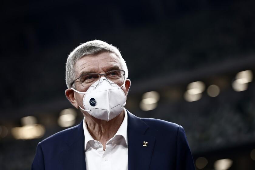 El presidente de COI, Thomas Bach, visita el Estado Nacional, el principal estadio de los demorados Juegos Olímpicos de 2020, que arrancarán en julio de 2021 por la pandemia, en Tokio, el 17 de noviembre de 2020. (Behrouz Mehri/Pool Foto vía AP)