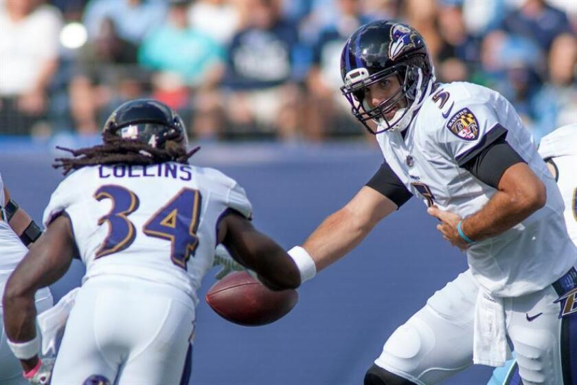 Baltimore Ravens quarterback Joe Flacco, 5, makes a hand off to Baltimore Ravens running back Alex Collins, 34, in their NFL game. EFE/Archivo