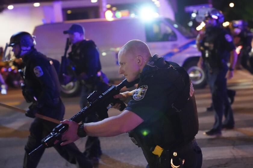 Policías y manifestantes se enfrentan durante una protesta el miércoles 23 de septiembre