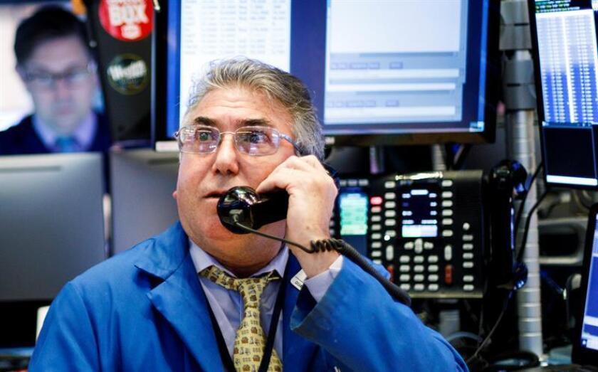 Corredores trabajan en el piso de la Bolsa de Nueva York (EE.UU.). EFE/Archivo