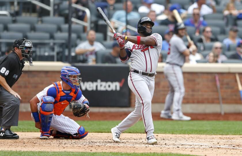 El dominicano Abraham Almonte pega un cuadrangular por los Bravos de Atlanta ante los Mets de Nueva York, en el cuarto inning del partido del jueves 29 de julio de 2021, en Nueva York. (AP Foto/Noah K. Murray)