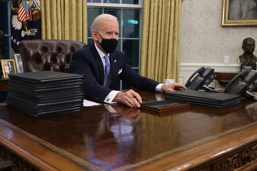 El Presidente de los Estados Unidos Joe Biden se prepara para firmar una serie de órdenes ejecutivas