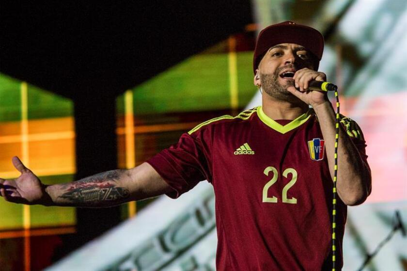 Nacho regresa a Miami tras superar problema que le impedía salir de Venezuela