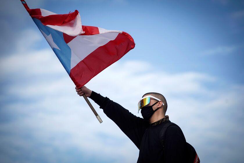 El cantante Bad Bunny durante la marcha de protesta de ayer en las calles de San Juan, Puerto Rico.