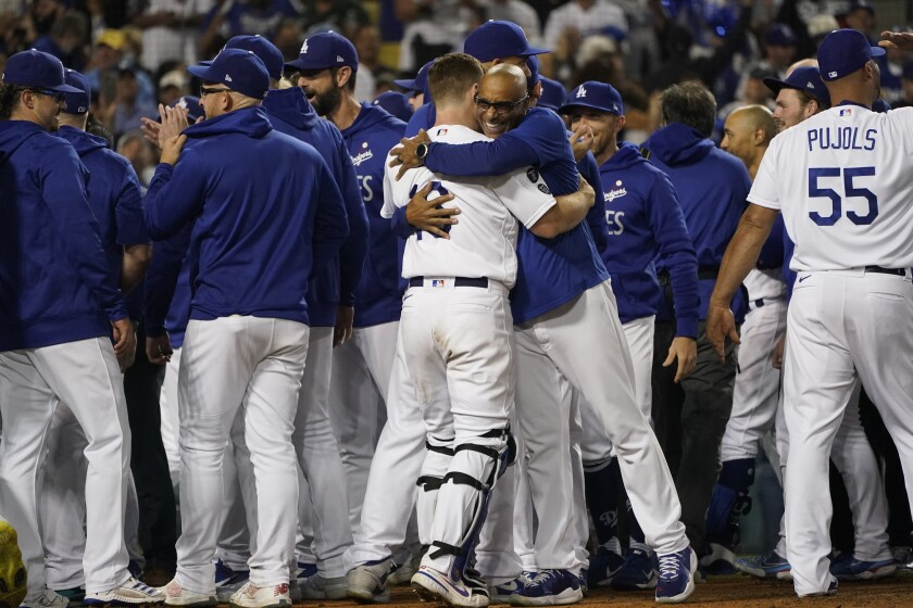 Los Dodgers de Los Ángeles celebran el jonrón de Chris Taylor conectado en la novena entrada