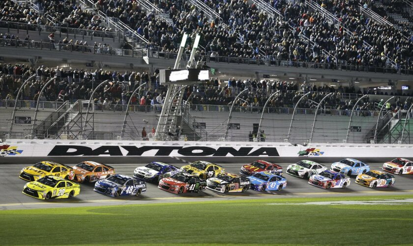 Matt Kenseth (20) and Kyle Busch (18) lead the field at the start of the second of two qualifying races for Sunday's NASCAR Daytona 500 Sprint Cup series auto race at Daytona International Speedway in Daytona Beach, Fla., Thursday, Feb. 18, 2016. (AP Photo/Terry Renna)