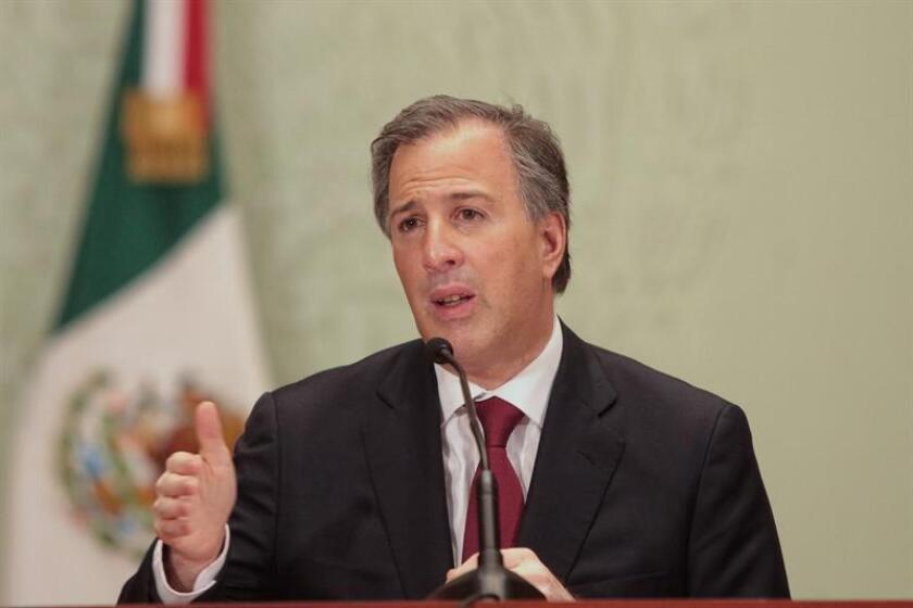El secretario (ministro) de Hacienda mexicano, José Antonio Meade, defendió hoy el alza de precios de las gasolinas en enero, de entre un 14 % y un 20 %, con el argumento de que no impactará en las clases más pobres, permitirá mantener programas sociales y estabilidad en las finanzas públicas. EFE/ARCHIVO