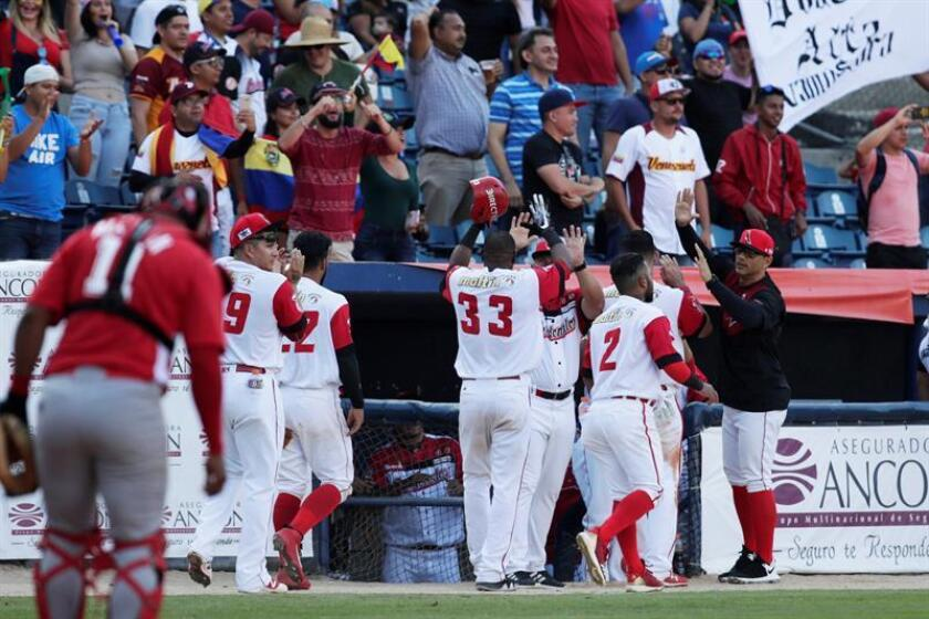 Jugadores de Venezuela celebran una carrera este miércoles, en un partido de la Serie del Caribe 2019 entre Cardenales de Lara de Venezuela y Leñadores de las Tunas de Cuba en el Estadio Nacional Rod Carew en la Ciudad de Panamá (Panamá). EFE