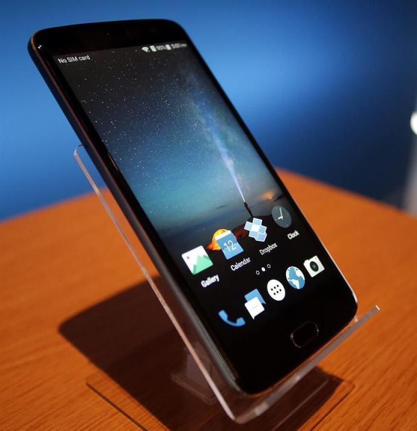 Un teléfono inteligente ZTE Blade v8 se exhibe hoy, 4 de enero de 2017, durante una conferencia de prensa en la Feria Internacional de Electrónica 2017 (CES) en Las Vegas, Nevada, EE.UU.. El CES anual que tiene lugar del 5 al 8 de enero es un lugar donde los fabricantes de la industria, los anunciantes y los consumidores de mente tecnológica convergen para obtener un vistazo de los nuevos accesorios e innovaciones que vienen al mercado cada año. EFE