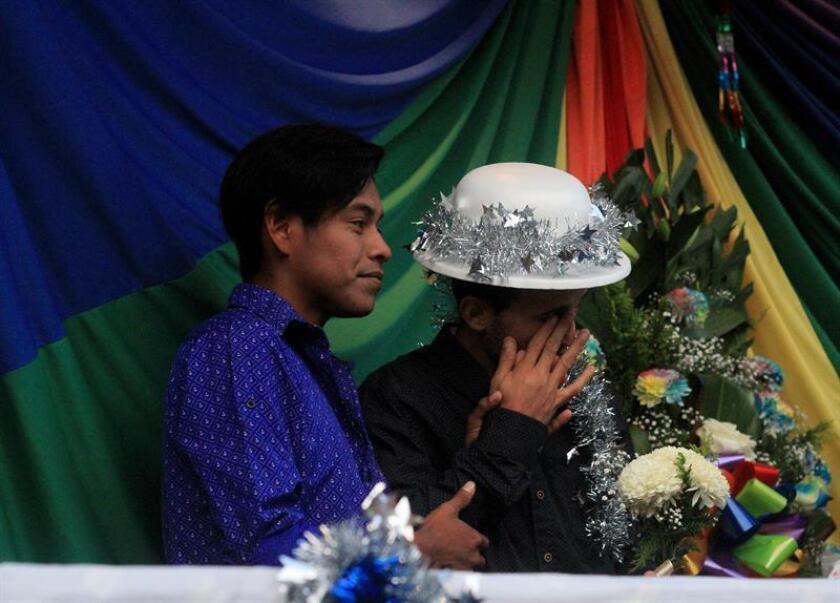 Miembros de la comunidad LGBT de la caravana migrante de centroamericanos celebran bodas colectivas en la ciudad de Tijuana, en Baja California (México). EFE