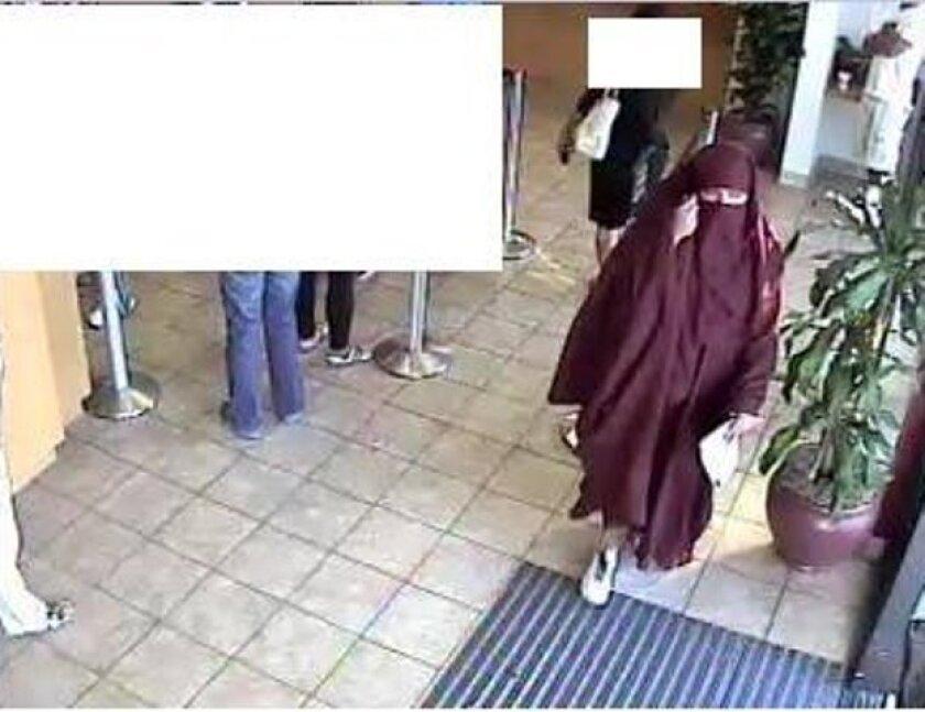 A bank surveillance photo of a woman who tried to rob a Wells Fargo. /FBI