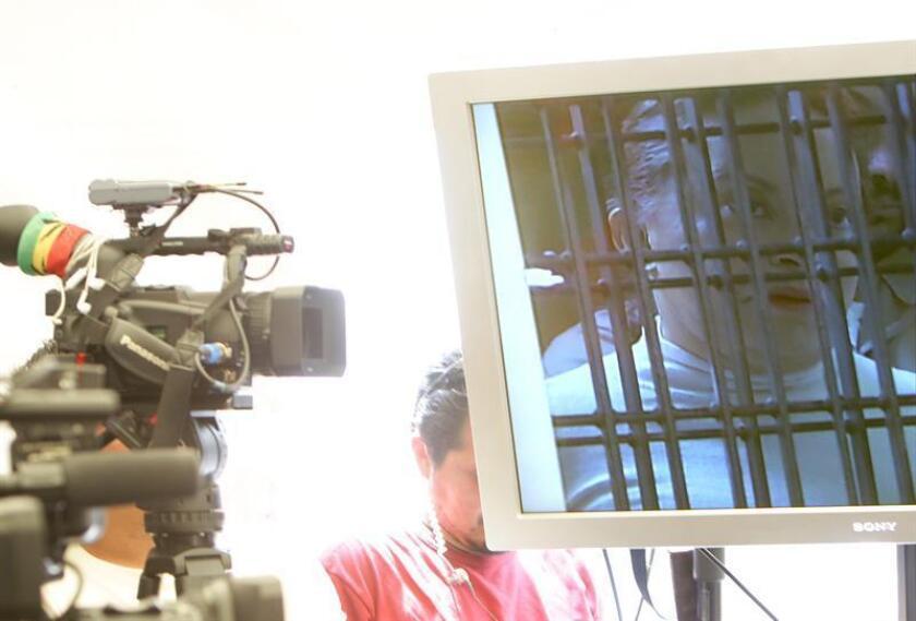 La exlíder sindical mexicana Elba Esther Gordillo fue trasladada anoche a un apartamento suyo en Ciudad de México luego de que la Procuraduría General de la República (PGR, fiscalía) desistiera de apelar el fallo de un tribunal que autorizaba la prisión domiciliaria para la procesada. EFE/ARCHIVO
