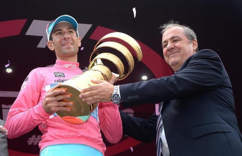 El ciclista Vincenzo Nibali (i) junto al director del Giro de Italia, Mauro Vegni (d). EFE/Archivo