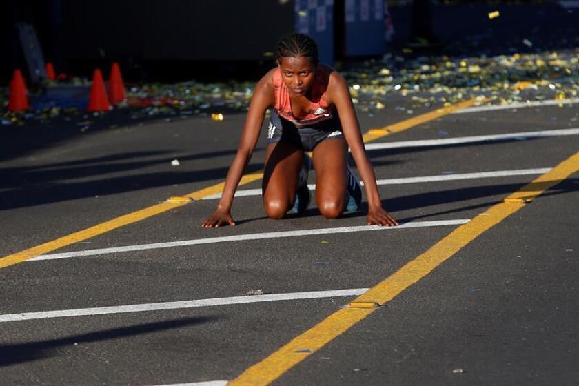 La atleta etíope Afera Godfay Berha es vista tras cruzar la línea de meta en el Medio Maratón Electrolit Guadalajara celebrado este domingo en Guadalajara (México). EFE