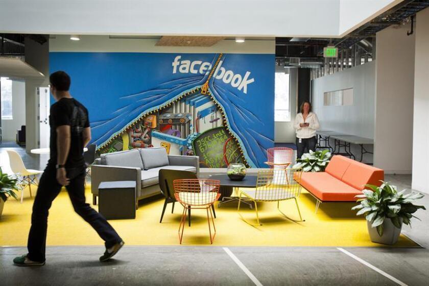 Un empleado camina junto a un área de trabajo al interior del cuartel general de la red social Facebook en Menlo Park, California (EEUU). EFE/Archivo