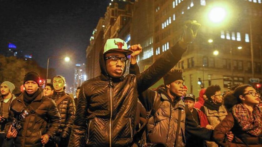 Después de que un video de una mortal balacera fuera exhibido, cientos de manifestantes marchan en Chicago en protesta.