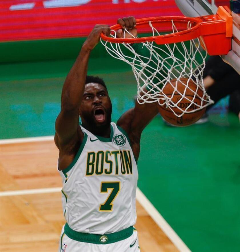 Jaylen Brown de Boston Celtics encesta durante un partido de la NBA. EFE/Archivo