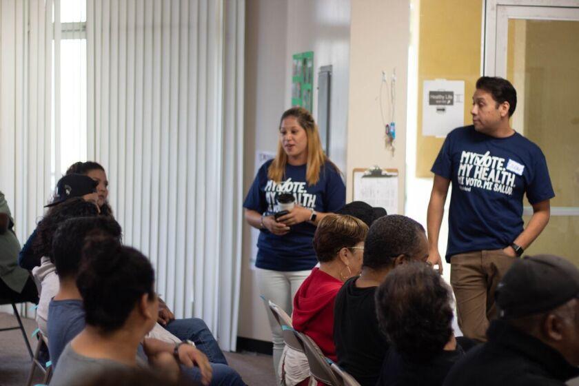 En las clínicas de Los Ángeles los latinos entran como pacientes y salen como votantes