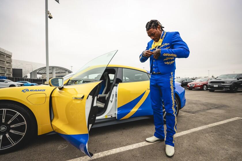 El defensa Jalen Ramsey arribó al inmueble de Inglewood con su traje de charro junto a su Porsche.