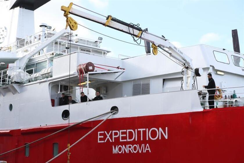 Detalle del buque Expedition y de parte de su tripulación fueron registrados este lunes en el puerto de Montevideo (Uruguay). EFE
