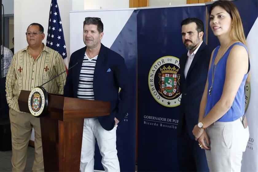 El expelotero Edgar Martínez (2i) habla junto al gobernador de Puerto Rico Ricardo Rosselló (2d), la secretaria de Recreación y Deportes Adriana Sánchez (d) y el alcalde de Dorado, Carlos López (i) este jueves en el Salón Gobernadores del Aeropuerto Internacional Luis Muñoz Marín de San Juan (Puerto Rico). EFE