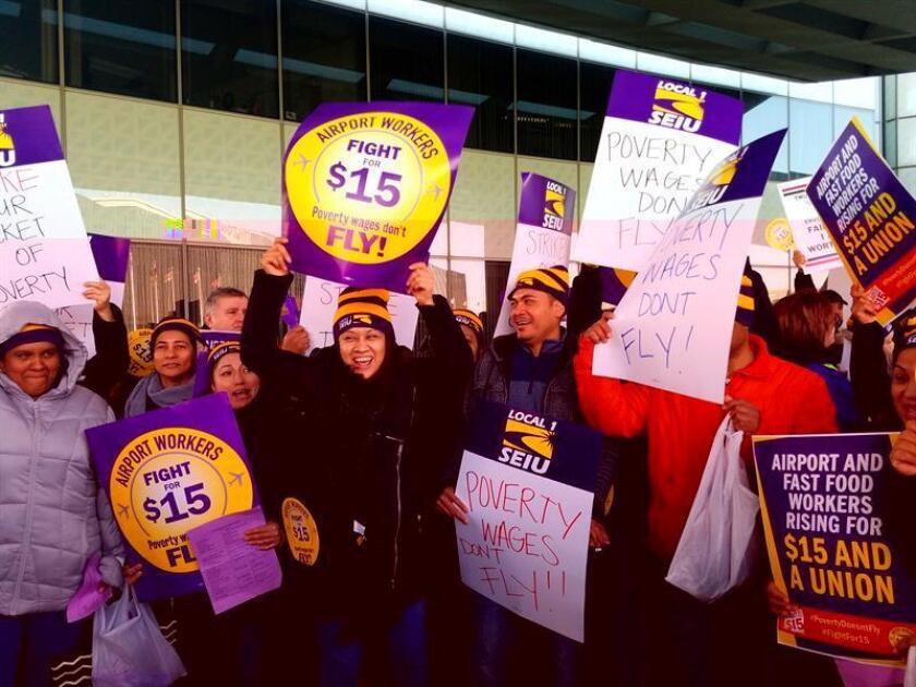 Los trabajadores de diecinueve estados recibirán como regalo de Año Nuevo un aumento del salario mínimo, aunque seguirán lejos de los 15 dólares por hora que exige la campaña que ha movilizado a miles de empleados en todo el país. EFE/ARCHIVO