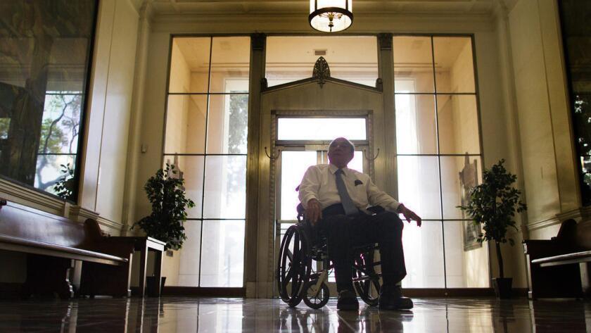 La edad y la diabetes le han pasado la factura al alcalde de South Gate, Henry González, quien se retira de su cargo después de tres décadas.