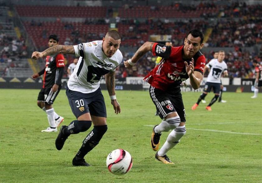 El delantero chileno Nicolás Castillo, de los Pumas de la UNAM del fútbol mexicano, será operado del tobillo derecho en Portugal y regresará las canchas con su equipo para el inició del Torneo Clausura 2018, informó este miércoles el club. EFE/ARCHIVO