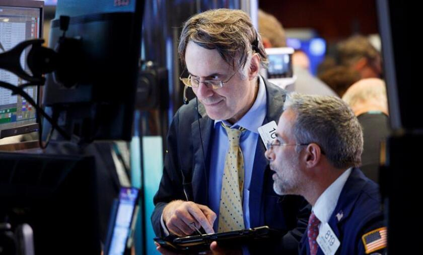 Corredores trabajan en la Bolsa de Nueva York. EFE/Archivo