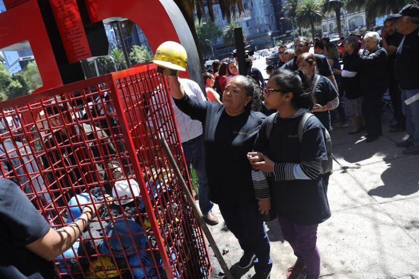 Familiares y amigos de los mineros que fallecieron en la explosión de la mina de Pasta de Conchos, en el estado de Coahuila (México) conmemoran los 13 años del accidente este martes, en Ciudad de México (México). EFE