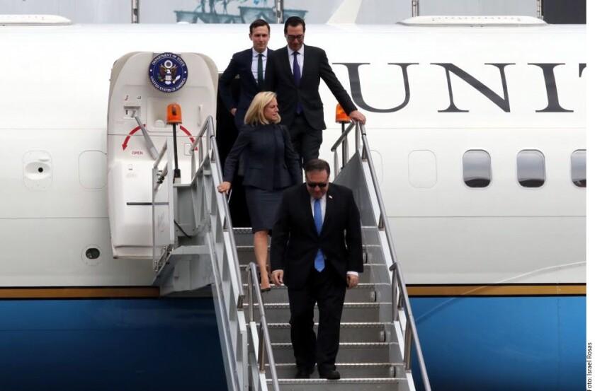 Los Secretarios de Estado así como el asesor de la Casa Blanca y yerno de Trump, Jared Kushner (atrás), viajaron desde Washington en un avión del Gobierno estadounidense modelo 757.