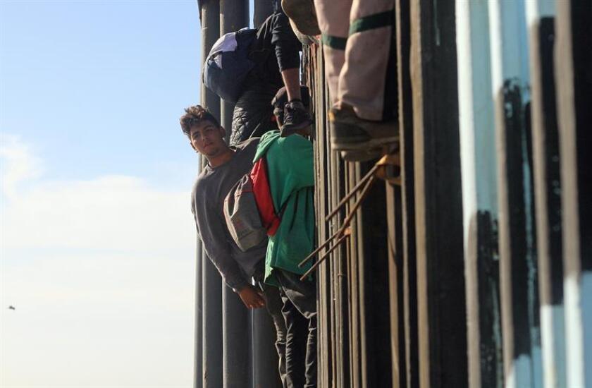 Los 42 inmigrantes que fueron detenidos al cruzar de manera irregular la frontera sur con México el pasado domingo no afrontarán cargos por estas acciones ante la Justicia, informó hoy a Efe un funcionario de la Administración. EFE/ARCHIVO