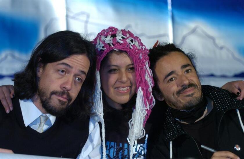 Los integrantes del grupo mexicano Café Tacuba Rubén Isaac Albarrán, conocido como Cone Cahuitl (d), y Emmanuel del Real (i), también llamado Meme, posan con una de sus seguidoras. EFE/Archivo