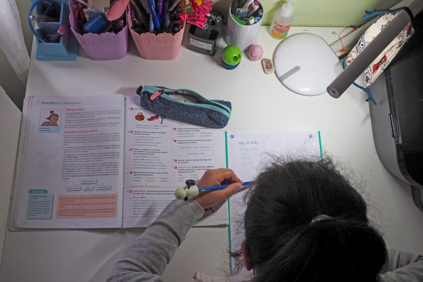 Una niña realiza sus tareas desde casa durante la pandemia.