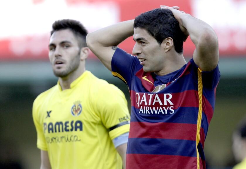El atacante del Barcelona Luis Suárez reacciona tras desperdiciar una ocasión de gol ante Villarreal en la liga española, el domingo 20 de marzo 2016. (AP Photo/Alberto Saiz) ** Usable by HOY, FL-ELSENT and SD Only **