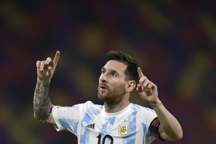 Lionel Messi celebra tras anotar el primer gol de Argentina en el empate 1-1 contra Chile