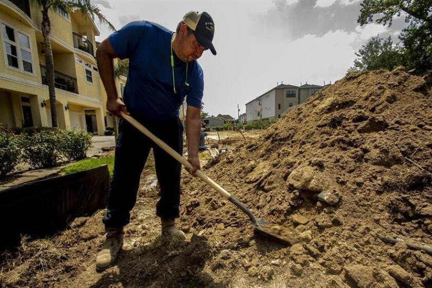 Fotografía del 24 de agosto de 2018, del mexicano Martín Gallardo durante sus labores en un terreno en el norte de Houston, Texas (EE.UU.). Muchos de los trabajadores latinos que llegaron a Texas para la reconstrucción del estado tras el paso del poderoso huracán Harvey en agosto de 2017 siguen padeciendo las consecuencias de la explotación laboral y robo de salarios que, denuncian, sufrieron entonces y que siguen sin poder resolver. Gallardo fue uno de los que se trasladó desde Alabama a Houston en noviembre de 2017 para trabajar en labores de remodelación tras el millonario destrozo que causó el ciclón tras alcanzar la costa texana en los últimos días de agosto del año pasado. EFE
