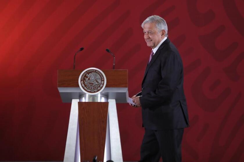 El presidente de México, Andrés Manuel López Obrador, llega este lunes para ofrecer su rueda de prensa matutina en Palacio Nacional, en Ciudad de México (México). EFE