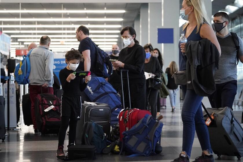 Viajeros hacen fila en el aeropuerto O'Hare de Chicago